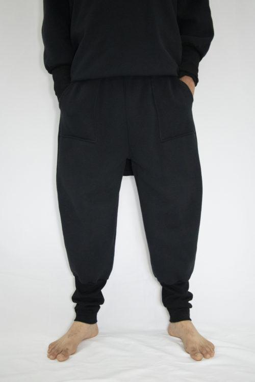 Man wearing black unisex sweatpants in organic cotton